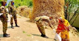 বাড়ি বাড়ি গিয়ে সেনাবাহিনীর খাদ্য সামগ্রী বিতরণ