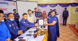 কাহালু থানার এসআই গুলবাহার খাতুনকে ক্রেস্ট প্রদান